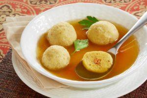 Sopa de galinha dourada (Goldena Yoich)
